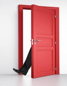 تکنیک « پا لای در » یا Foot-in-the-Door چه طور کار میکند ؟